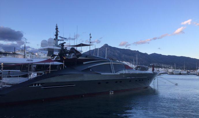 Zwischen Yachten, Luxuskarossen & der (Möchtegern)-High Society